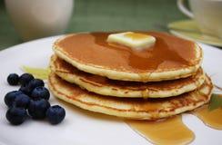 Pankcakes avec les myrtilles et le sirop d'érable Photographie stock