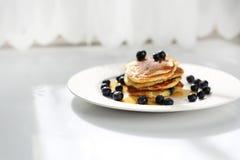 Pankcakes con los ar?ndanos y el jarabe de arce Desayuno dulce imagen de archivo libre de regalías