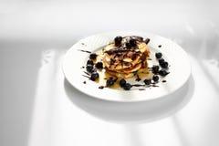 Pankcakes con los ar?ndanos y el jarabe de arce Desayuno dulce foto de archivo libre de regalías