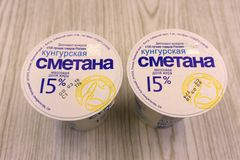 Panna acida bianca Kungurskaya 15 per cento del grasso - Russia Berezniki 9 marzo 2018 Immagini Stock