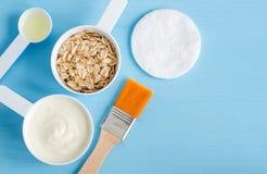 Panna acida o yogurt, fiocchi di avena e olio d'oliva greci in piccoli mestoli di plastica - gli ingredienti per la preparazione  fotografie stock