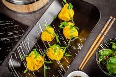 Panna-asiat kokkonstbegrepp Wontons av gul deg, köttfärs Japanska klimpar med köttfärs Portiondisk royaltyfri foto