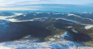 Panna av de Carpathian bergen från himlen Extremt sköt länge, surrvideoen arkivfilmer