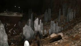 Panna av en grotta inom stock video