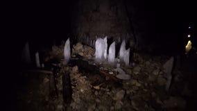 Panna av en grotta inom lager videofilmer