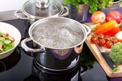 Panna av kokande vatten arkivfoton