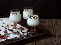 Panna cotta del dessert in un vetro su un fondo di legno Fotografia Stock