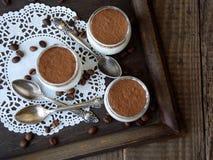 Panna cotta del dessert in un vetro su un fondo di legno Fotografia Stock Libera da Diritti