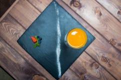 Panna cotta i en glass keramisk platta och träbakgrund från över Arkivfoton