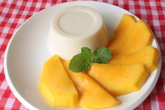 Panna Cotta med mango arkivbilder