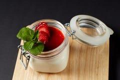 Panna cotta med mintkaramellen i en glass krus Arkivfoton