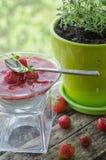 Panna-Cotta mit Erdbeersoße Stockfotos