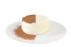 Panna-Cotta mit Schokoladensplittern Stockfotos