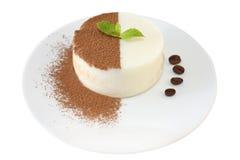 Panna-Cotta mit Schokoladensplittern und Minze Stockbild