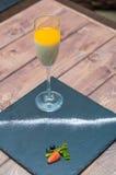 Panna cotta in un piatto ceramico di vetro fotografie stock libere da diritti