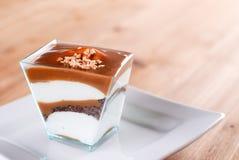 Panna-Cottakuchen auf dem Tisch Lizenzfreies Stockfoto