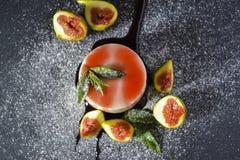Panna-Cottanachtisch mit frischen Feigenfrüchten auf dunklem Hintergrund lizenzfreie stockfotografie