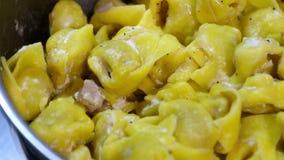 Panna di alla dei tortellini da Bologna - pasta Italia di Emilia archivi video
