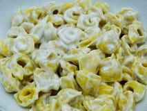 Panna di alla dei tortellini vicino su in un piatto bianco, pasta italiana immagine stock