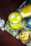 Panna do Aam ou ras do ka de Kari na superfície de madeira com todos os ingredientes Foto de Stock