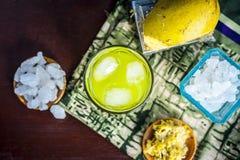 Panna do Aam ou ras do ka de Kari na superfície de madeira com todos os ingredientes Foto de Stock Royalty Free