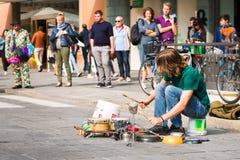 panna för matlagning för kruka för percussionist för buskergatakonstnär trummande som spelar valsar arkivbild