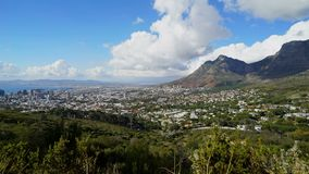 Panna för Tid schackningsperiod av molnen över Cape Town lager videofilmer