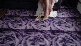 Panna młoda stawiająca na ślubów butach zbiory wideo