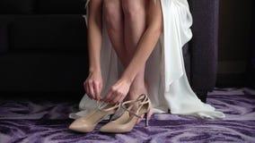 Panna młoda stawiająca na ślubów butach zbiory