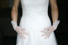Panna młoda, biel suknia i rękawiczki, Obrazy Royalty Free