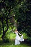 panna młoda blisko drzewa obraz stock