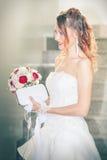 Panna młoda, bukiet i kiesa, Ślubna toga wnętrze obraz stock