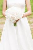 Panna młoda bukieta ręki panny młodej fornala ręki Przy zmierzchem tropikalna plaża Ślubny fotografii pojęcie Obraz Royalty Free