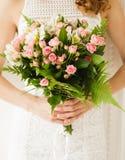 Panna młoda bukieta ręki panny młodej fornala ręki Przy zmierzchem tropikalna plaża Ślubny fotografii pojęcie Obrazy Stock