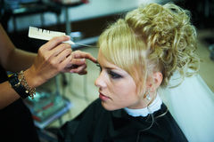 Panna młoda dla ślubu w zakład fryzjerski Obrazy Royalty Free