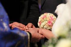 Panna młoda dostaje obrączkę ślubną dalej zdjęcia stock