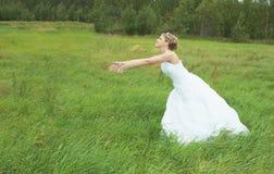 panna młoda fornal pośpiesza łąkę w kierunku zdjęcie stock
