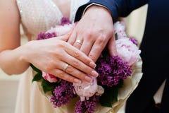 panna młoda fornal wręcza pierścionków target428_1_ obrazy stock
