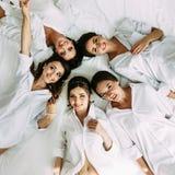 Panna młoda i drużki kłamamy na łóżku Zdjęcie Royalty Free
