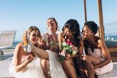 Panna młoda i drużki na dachu ma zabawę przed poślubiać zdjęcie royalty free