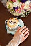 Panna młoda i filiżanka kawy z miłością Zdjęcia Stock