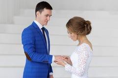 Panna młoda i nowożeniec na ich dniu ślubu obrazy stock