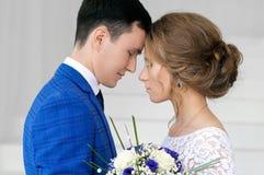 Panna młoda i nowożeniec na ich dniu ślubu zdjęcie royalty free