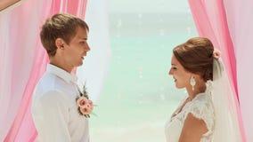 Panna młoda i nowożeniec przysięgamy ślubowanie each inny Ślubna ceremonia przy plażą Filipiny zbiory