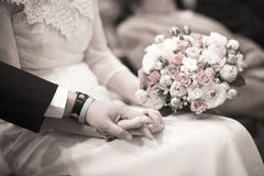 Panna młoda i nowożeniec w ślubnych małżeństwo ceremonii mienia rękach Fotografia Stock