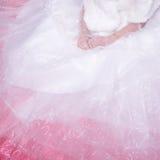Panna młoda jest ubranym ślubnej sukni czekanie dla fornala na łóżku Zdjęcia Royalty Free