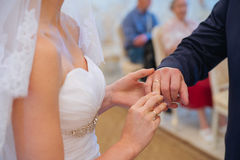 Panna młoda jest ubranym obrączkę ślubną Fotografia Royalty Free