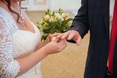Panna młoda jest ubranym obrączkę ślubną Zdjęcia Stock