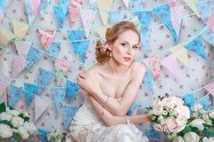 Panna młoda Młody moda model z uzupełniał kędzierzawego włosy, kwiaty w włosy Panny młodej moda sztuki biżuterii mody zdjęcie Kob Obraz Stock