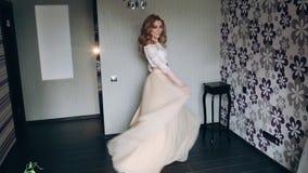 Panna młoda macha jej suknię zbiory wideo
